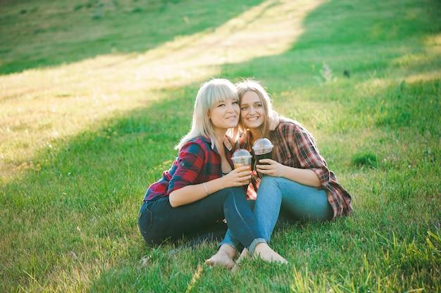 Młode dziewczyny przytulanie w parku lato.