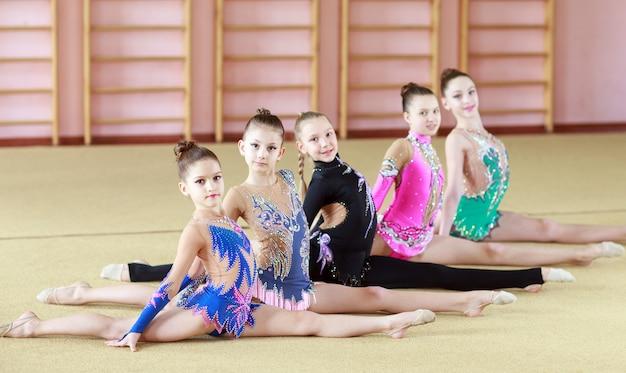 Młode dziewczyny robią gimnastykę.