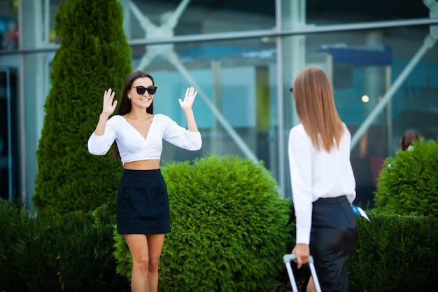 Młode dziewczyny spotykają się na lotnisku