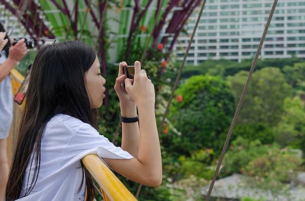Młode dziewczyny używają telefonów komórkowych do robienia zdjęć