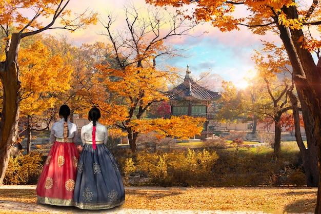 Młode dziewczyny w koreańskim stroju narodowym w pałacu gyeongbokgung