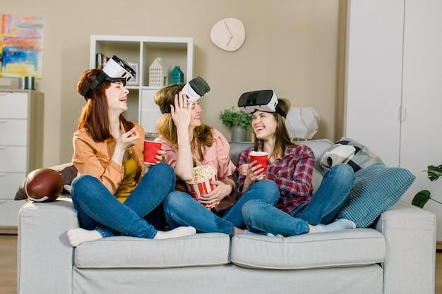 Młode dziewczyny w okularach rzeczywistości wirtualnej w pomieszczeniu - szczęśliwi ludzie bawią się z nowymi technologiami gogle vr - nowa koncepcja trendów mania nowej generacji