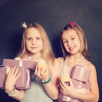 Młode dziewczyny z pudełkiem na prezent