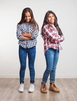 Młode dziewczyny z rękami skrzyżowanymi