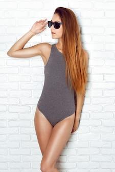 Młode i seksowne kobiety pozujące w erotycznych strojach kąpielowych