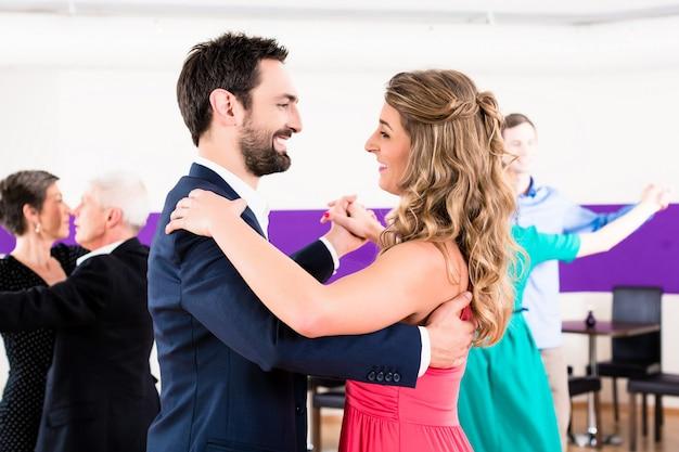 Młode i starsze pary otrzymują lekcje tańca