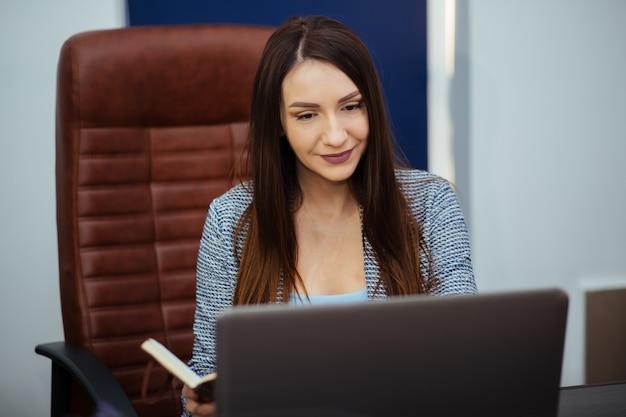 Młode kobiety biznesu aeropan pracujące nad nowym projektem nowoczesnego strychu, analizują plany, dokumenty,. ogólna koncepcja laptopa, technologia lub koncepcja biznesowa startupu