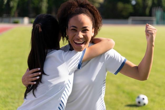 Młode kobiety grające w drużynie piłkarskiej