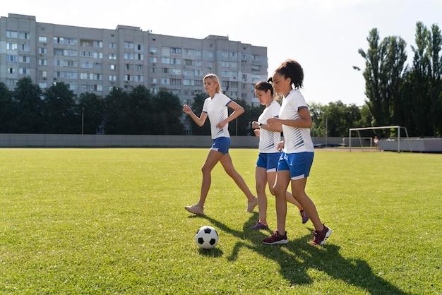 Młode kobiety grające w piłkę nożną