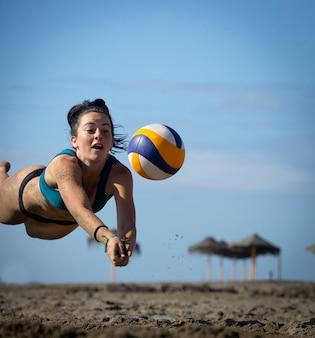 Młode kobiety grające w siatkówkę plażową