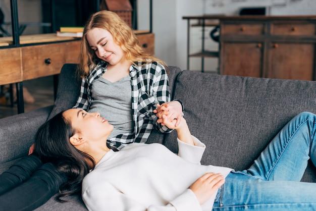 Młode kobiety ma ufną rozmowę