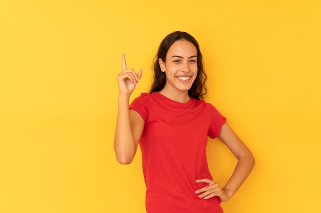 Młode kobiety mają pomysł skierowany palcem w górę