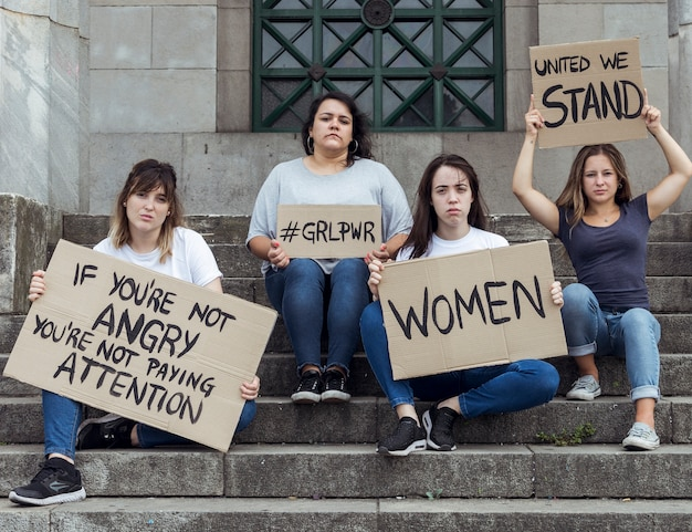 Młode kobiety maszerują po równe prawa