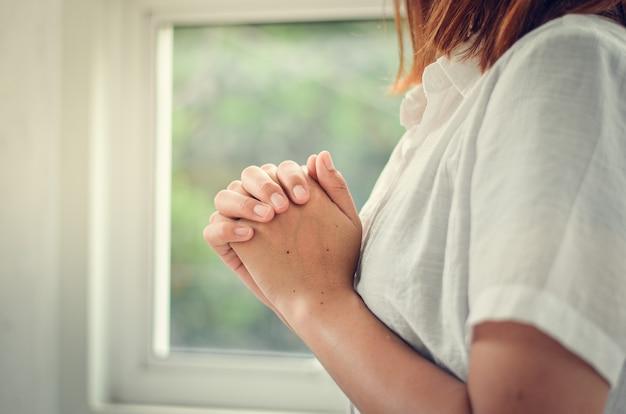 Młode kobiety modlą się do boga, kobiety modlą się o błogosławieństwo bogów dla lepszego życia. i wierzcie w kryzys życia chrześcijańskiego