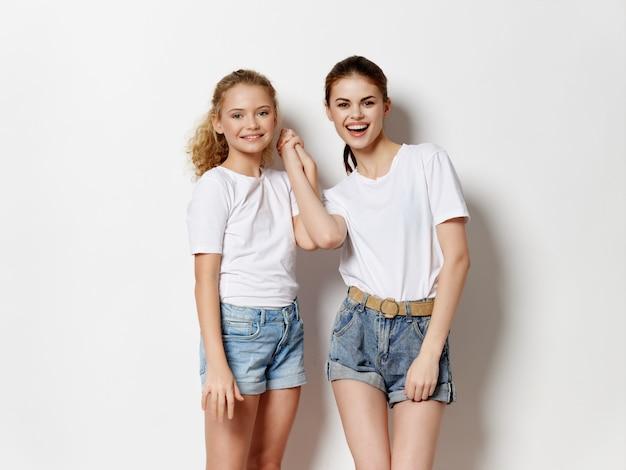 Młode kobiety na białym tle