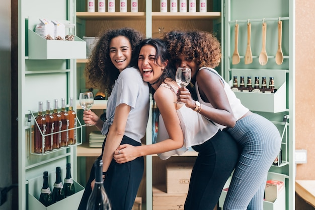 Młode kobiety piją po pracy