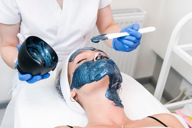 Młode kobiety po zabiegu oczyszczania twarzy w salonie kosmetycznym