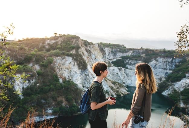 Młode kobiety podróżują razem koncepcji