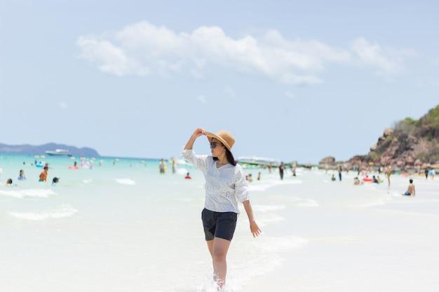 Młode kobiety podróżujące relaksują się na plaży latem