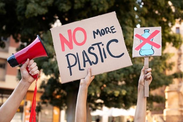 Młode kobiety protestują przeciwko zmianom klimatu