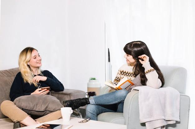 Młode kobiety relaksuje z hobby w domu