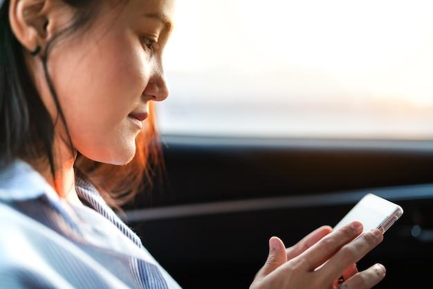 Młode kobiety robi zakupy online na smartphone. koncepcja biznesu i nowoczesnego stylu życia
