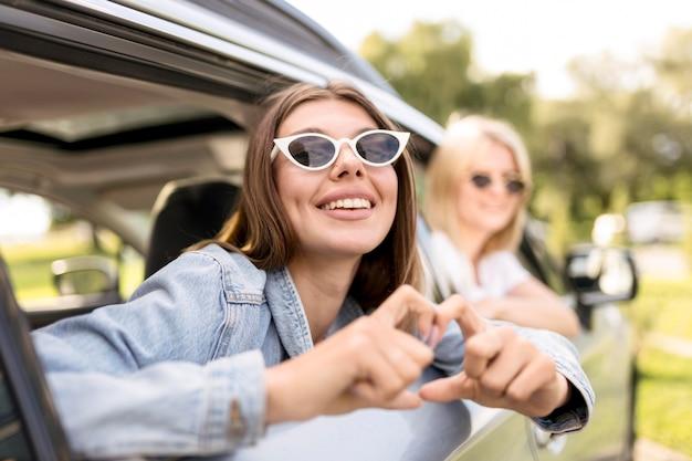 Młode kobiety szykują się do podróży