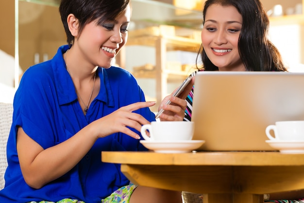 Młode kobiety w azjatyckiej kawiarni