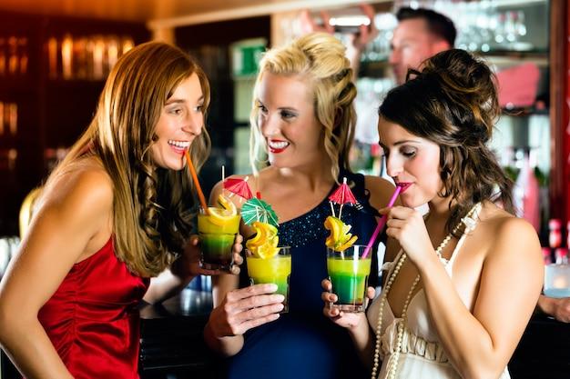Młode kobiety w barze lub klubie, zabawy i śmiechu