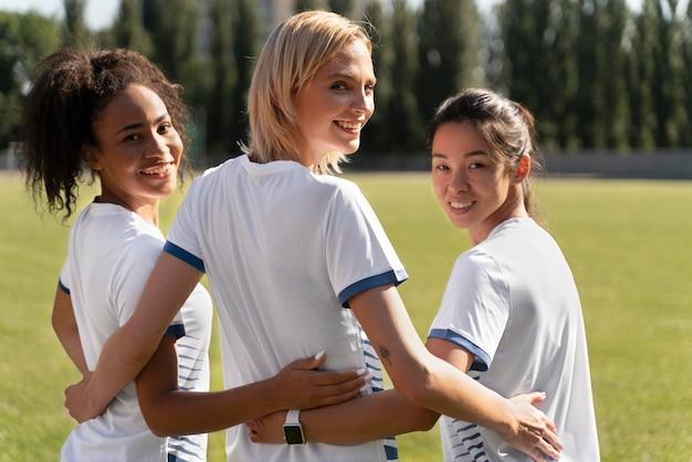 Młode kobiety w drużynie piłkarskiej