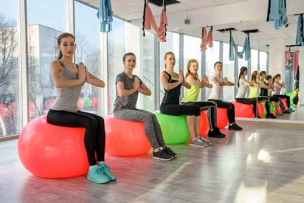 Młode Kobiety W Treningu Siłowni Na Gimnastyczne Piłki Premium Zdjęcia