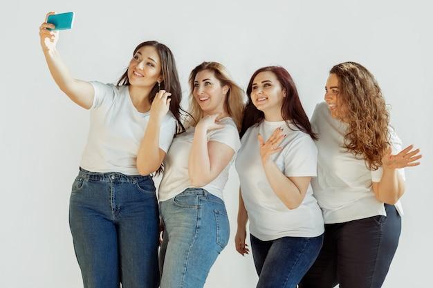 Młode kobiety w ubranie, wspólna zabawa