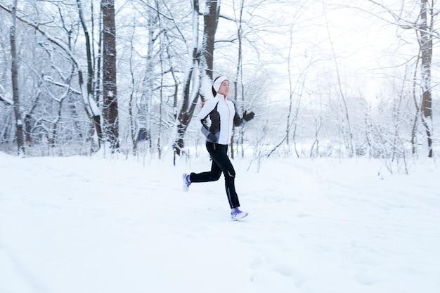 Młode kobiety w zimowym lesie