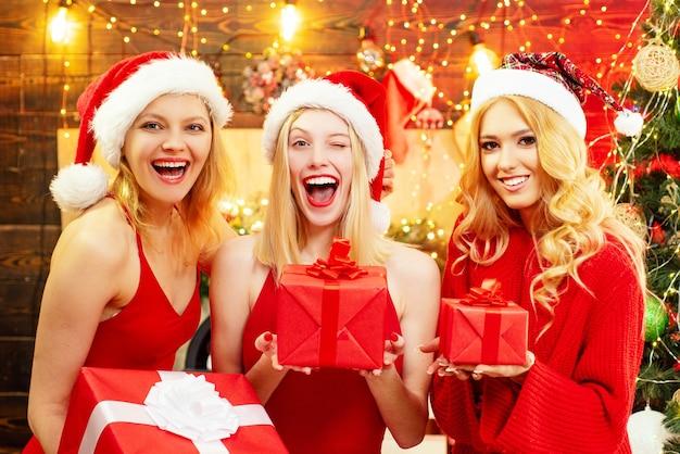 Młode kobiety z prezentami bożonarodzeniowymi