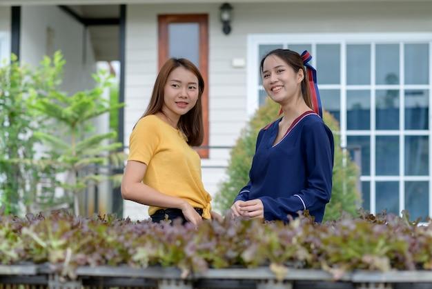 Młode kobiety zbierają warzywa w domu