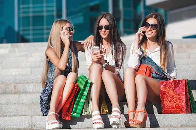 Młode ładne dziewczyny co selfie i zabawy na świeżym powietrzu. kobiety rozmawiają przez telefon komórkowy