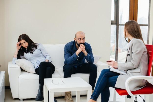 Młode małżeństwo mężczyzn i kobiet rozmawia z psychologiem na sesji terapeutycznej. psychologia.
