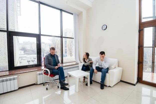 Młode małżeństwo mężczyzn i kobiet rozmawia z psychologiem podczas sesji terapeutycznej