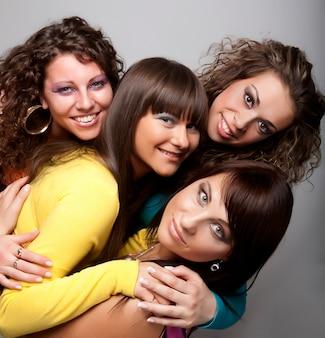 Młode modelki w kolorowej sukience