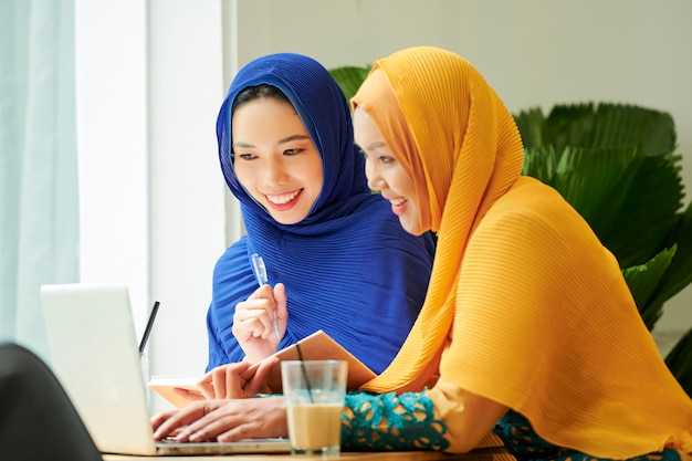 Młode muzułmanki oglądają lekcje w internecie