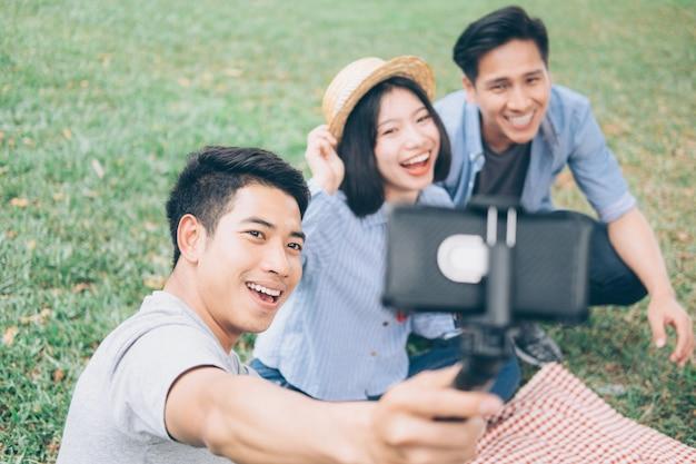 Młode nastolatki grupują selfie przez telefon komórkowy.