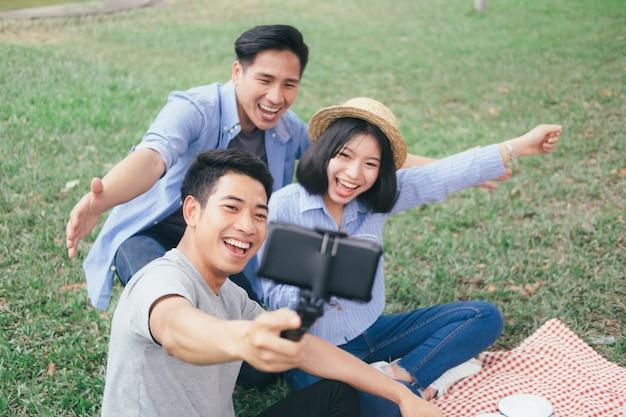 Młode nastolatki grupują selfie przez telefon komórkowy
