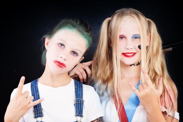 Młode nastolatki w kostiumach karnawałowych