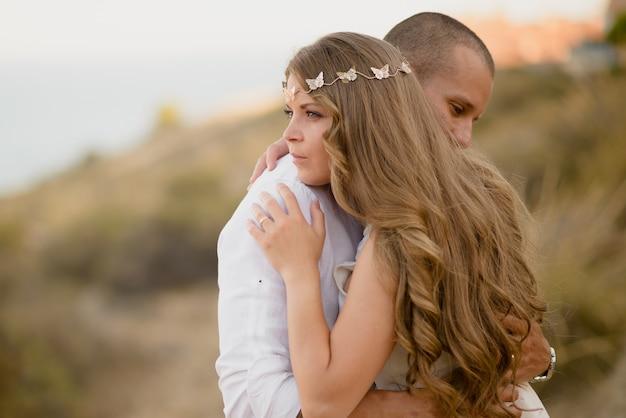 Młode pary przytulają się romantycznie na świeżym powietrzu w walentynki
