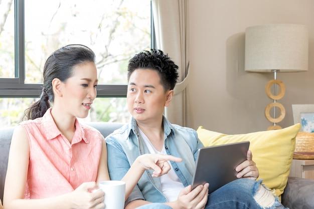 Młode pary używające tabletu