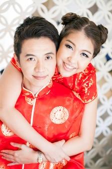 Młode pary z chińską sukienką