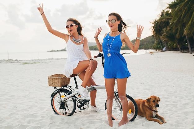 Młode piękne dziewczyny hipster, zabawy na plaży