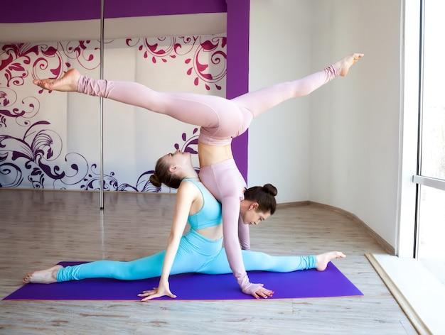 Młode piękne kobiety ćwiczy jogę i rozciąga wewnątrz