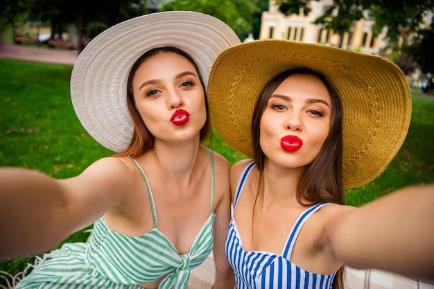 Młode piękne kobiety na pikniku