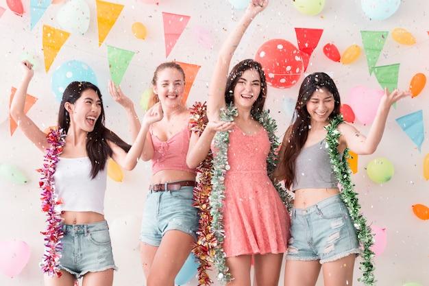 Młode piękne kobiety świętują przyjęcie i taniec.